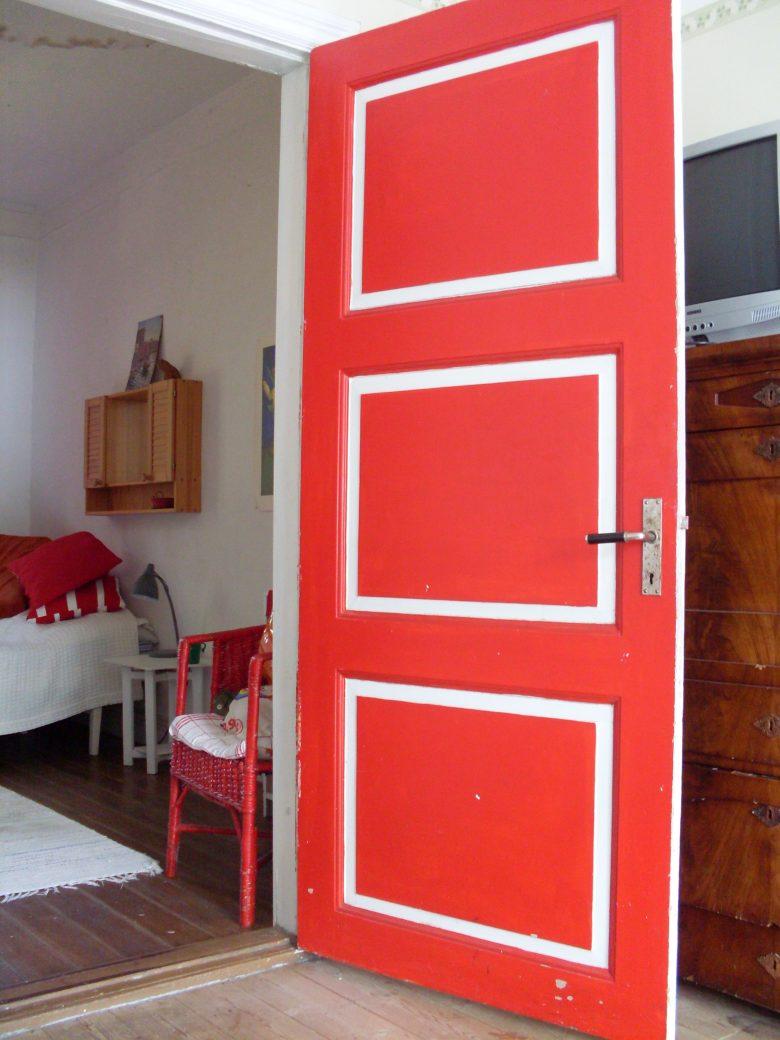 Röd och vitmålad spegeldörr