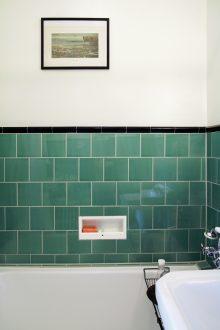 Den inbyggda tvålhyllan sparades också från originalbadrummet