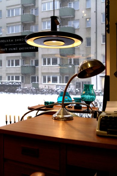 Vacker sextiotalslampa med glöd.