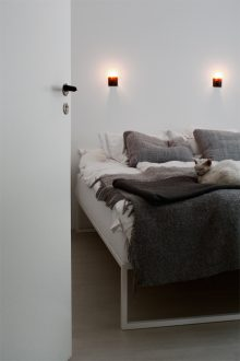 Sovrum med dörrhandtag bakelit och vägguttag i bakelit med fyrkantig platta.