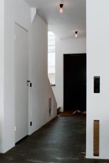 Betonggolv behandlat med golvolja och vax, lamphållare i bakelit.