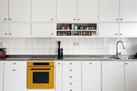 Nybyggt funkiskök med färgglad ugn
