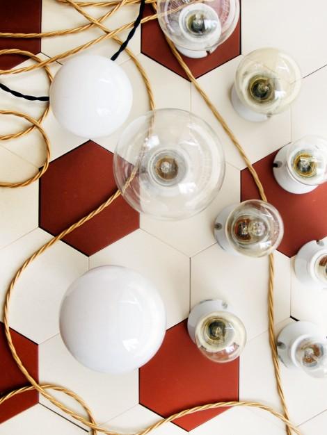 Porslinsocklar, glödlampor och textilkabel