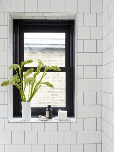 Fönster i vitkaklat badrum
