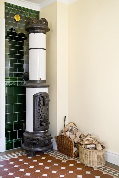 """Klassisk mönsterläggning av Victorian floor tiles, ett klinkergolv i mönstret """"York"""" med röda och vita plattor, samt en mönsterlagd klinkerbård """"Melville"""" i grönt och vitt."""