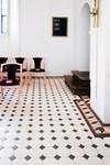 """Victorian floor tiles kan läggas i många mönster. Här mönstret """"York"""" med vita och gröna plattor, samt en mönsterlagd bård i rött, beige, grönt och vitt."""