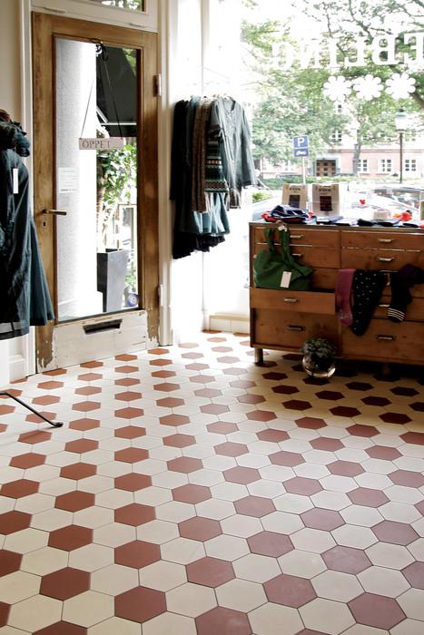 """Ett golv som aldrig blir omodernt, ett nylagt klinkergolv """"Barcelona"""" i en tidig funkislokal på Davidshallstorg i Malmö."""
