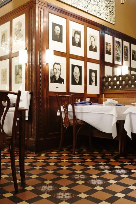 På Restaurang Prinsen i Stockholm ligger detta nylagda klinkergolv. De flesta tror att det är original, på på sätt och vis är det det; det är samma typ av plattor och läggningsmetod som för 120 år sedan.  Mönster Edinburgh med inslag av mönsterplattan Liv