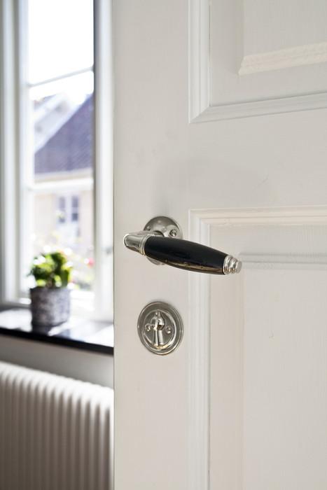 Tjugotalstrycket Rand med välformat trägrepp passar fint på spegeldörrrar från sekelskifte till 1920-tal.
