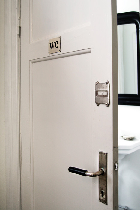 """Gästwc i sekelskifteshus med detaljer från olika tidsepoker. Emaljskylt """"wc"""" och toalettregel i orignal - förlaga till våra toalettreglar."""