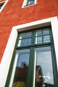 Linoljefärgsmålat fönster.
