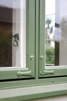 Fönster målat med linoljefärg.