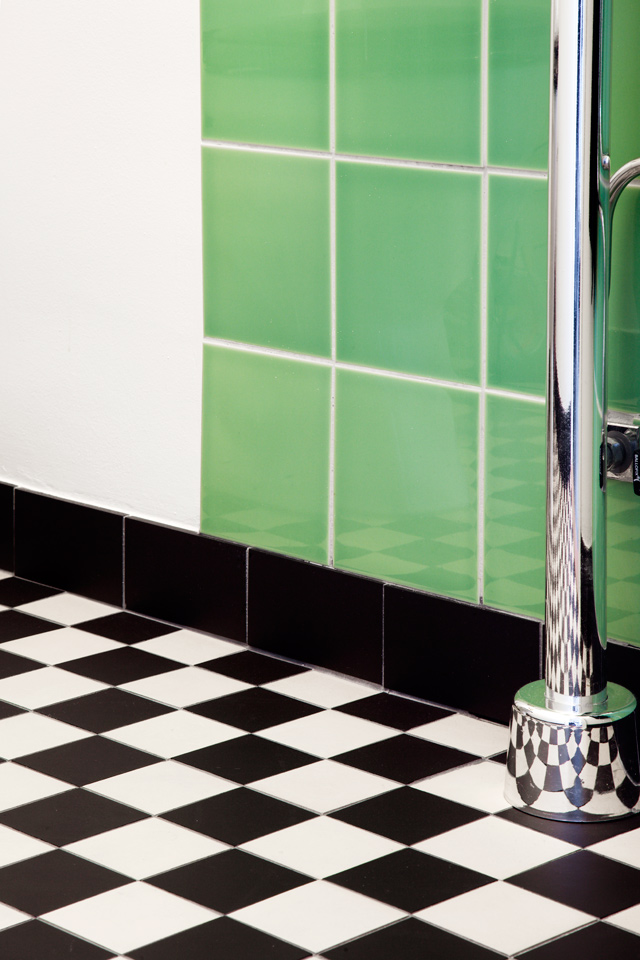 WC med klinker funkis, grönt kakel och kromade vattenrör